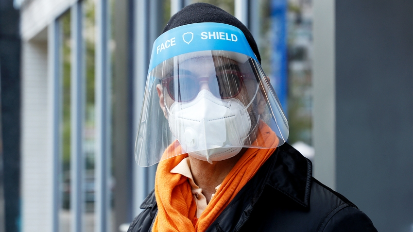 Un hombre que llevaba una careta sobre una máscara protectora en la ciudad de Nueva York.