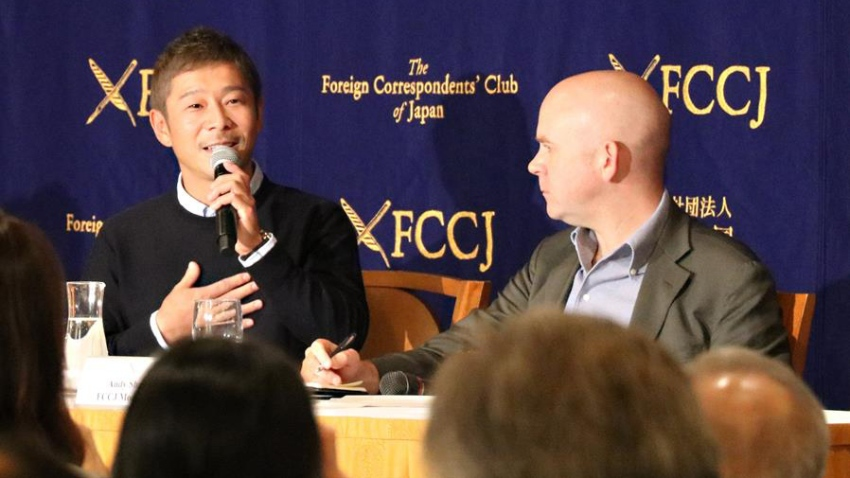 El empresario nipón Yusaku Maezawa (i).