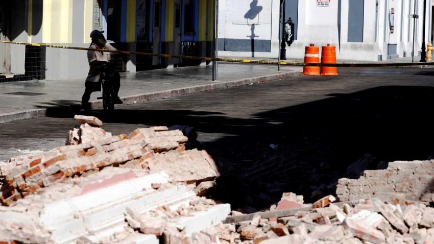 Un hombre observa una edificación afectada después del terremoto de 6.4 de magnitud del 7 de enero del que no han cesados sus réplicas en Ponce.