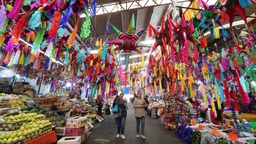 Piñatas en un mercado mexicano.