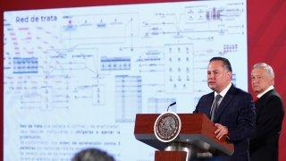 Santiago Nieto en la conferencia de AMLO