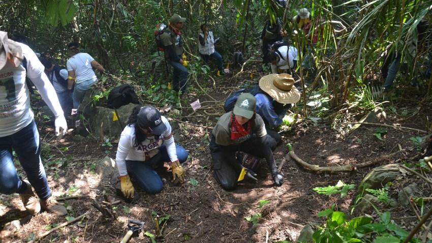 Personas escarban en busca de fosas clandestinas