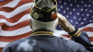 Veterano dando el saludo a la bandera de Estados Unidos.