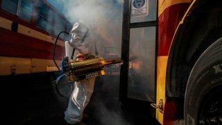 Un hombre desinfecta autobuses en Tijuana