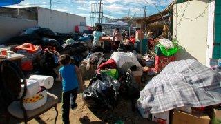 Migrantes apoyan a damnificados en Tijuana