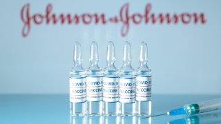 Foto de vacunas contra el COVID-19 con un fondo donde se lee el nombre de la farmacéutica Johnson & Johnson.