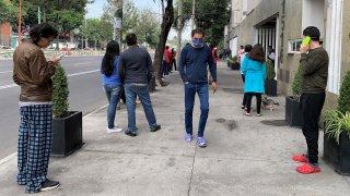 Personas en pijama salen a la calle ante alerta sísmica en Ciudad de México